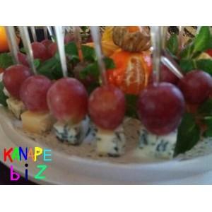 Канапе с сыром дорблю и виноградом